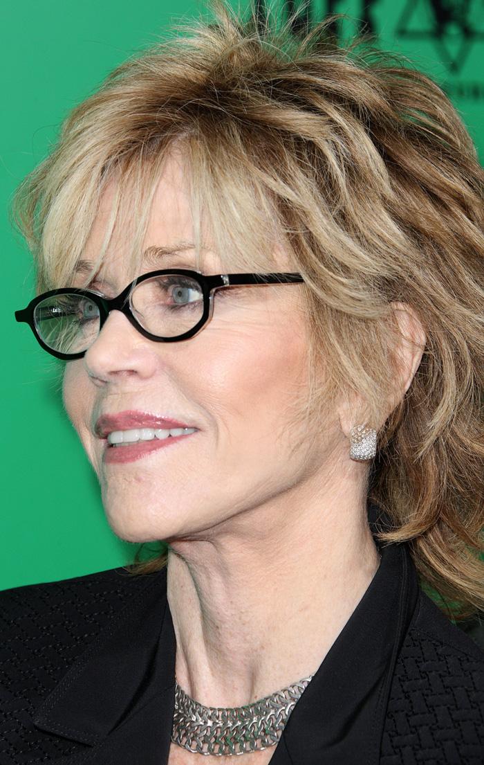coiffure courte femme 60 ans lunettes
