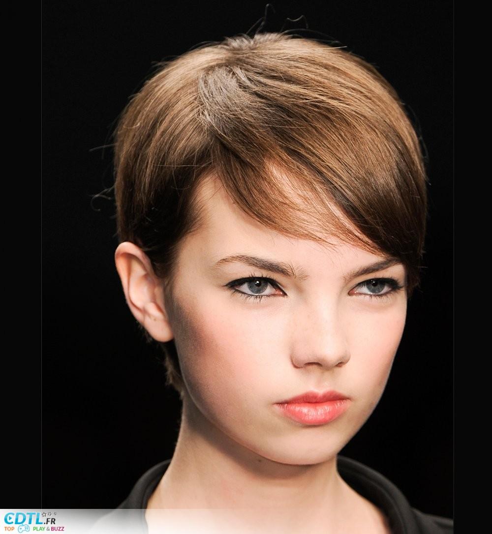 coiffure courte meche rouge
