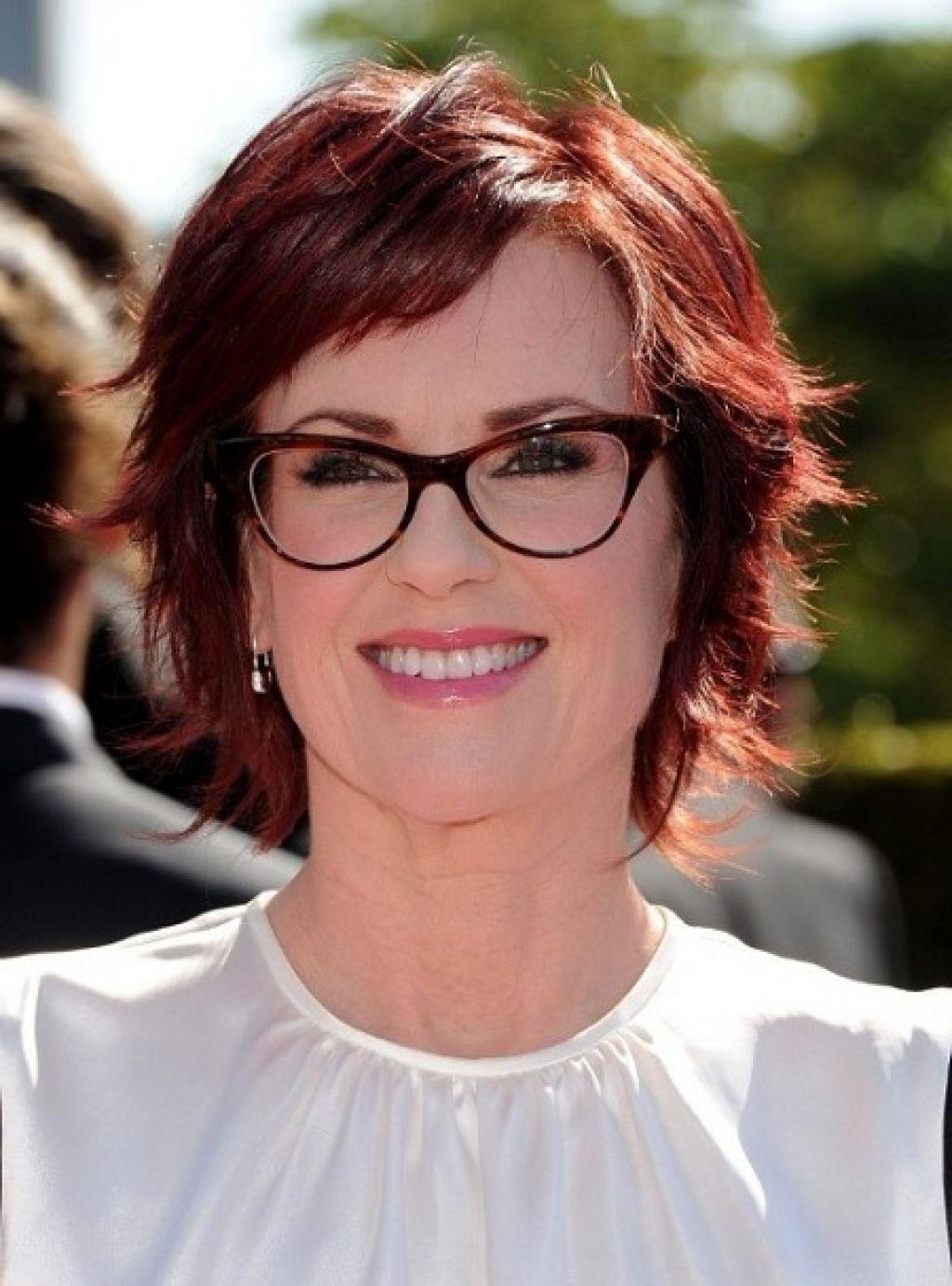 coiffure courte pour femme a lunettes