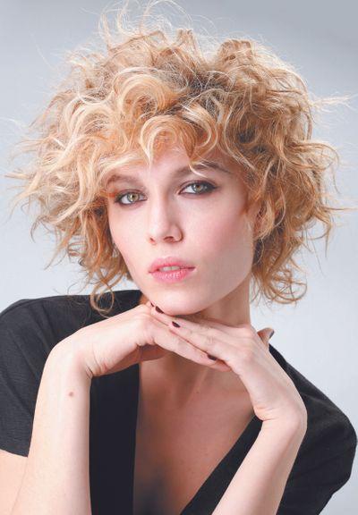 coiffure courte femme rousse qui fume